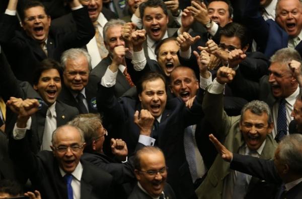Maia e os semblantes felizes de quem provavelmente vai herdar as poderosas diretorias da Casa. Foto: ABr