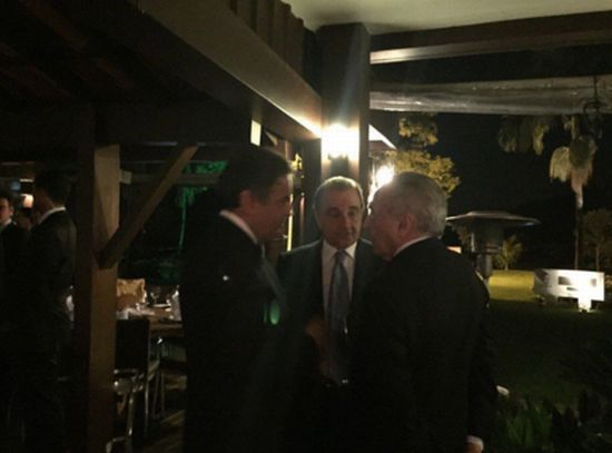 Os senadores Aécio (E) e Agripino conversam com o presidente Michel Temer