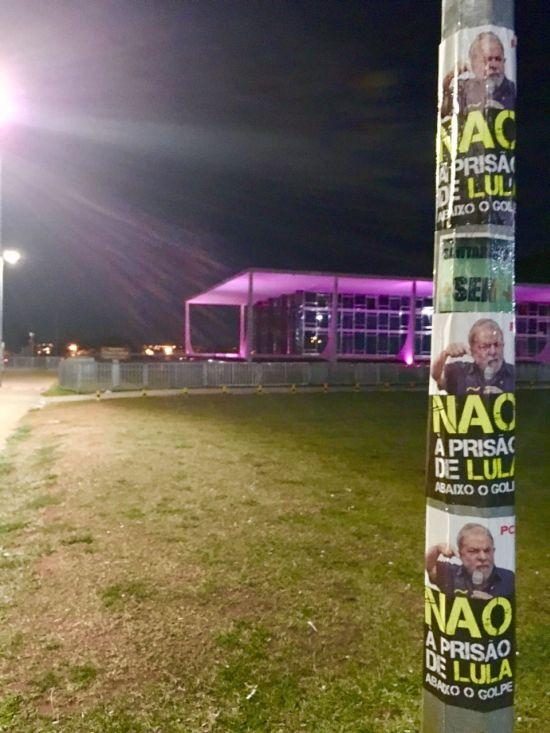 Cartazes colados num poste perto do STF