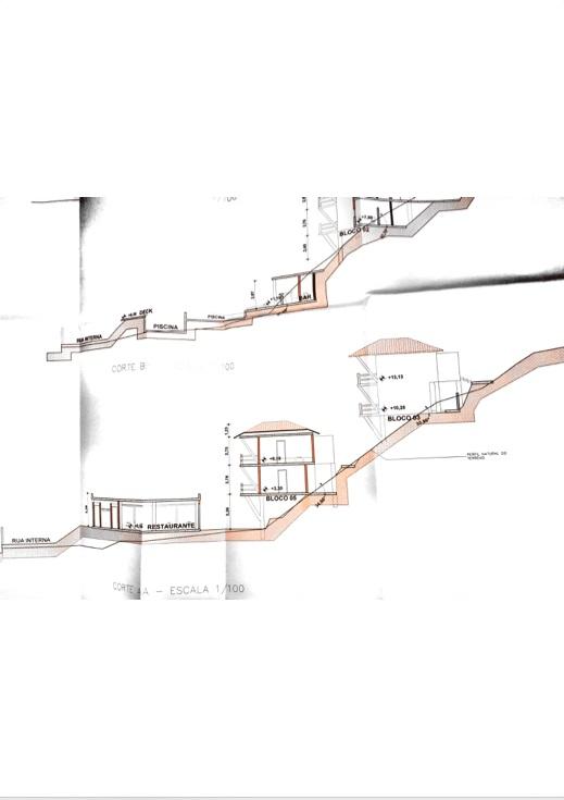 O escopo arquitetônico lateral da futura pousada - utilizando a encosta.