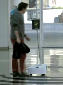 Marra fala com robô na sede da empresa para pedir o carro no estacionamento