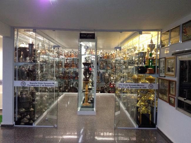 Conheça uma sala de troféus de 80 anos de várzea - Esporte - UOL Esporte 08e469432efb6