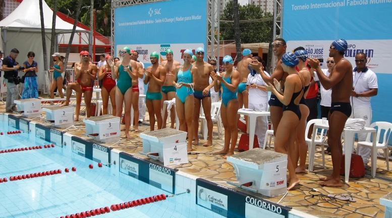 Fabiola é aplaudida pelos nadadores presentes ao evento - Foto: Antonio Basílio/ Divulgação PMSJC