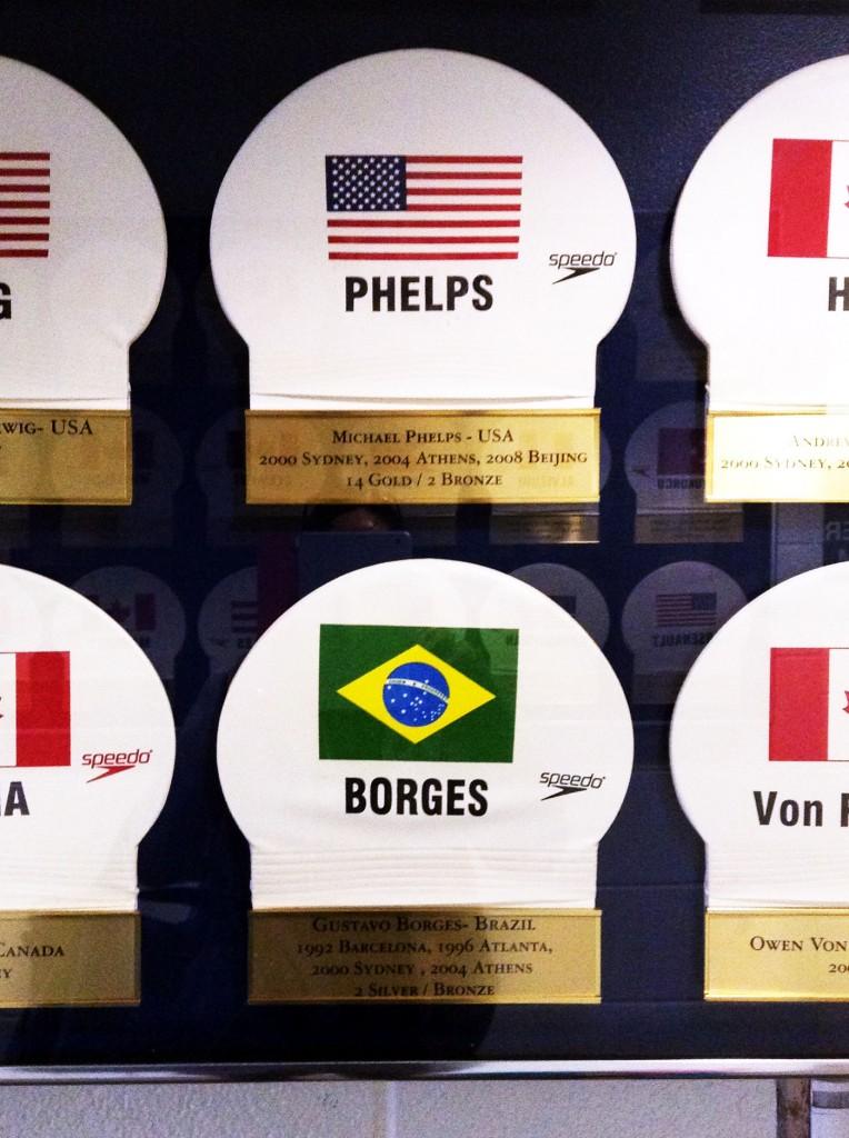 Toucas de Phelps e Gustavo no memorial da Universidade de Michigan - Foto: Reprodução