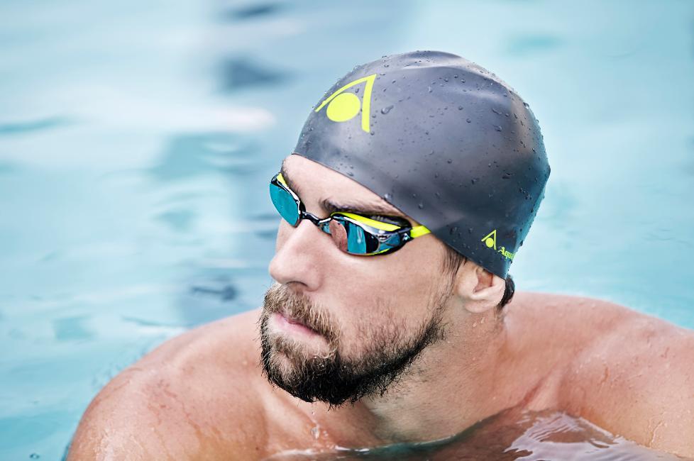 Phelps já caiu na água com os acessórios do novo patrocinador - Foto: AquaSphere/Divulgação