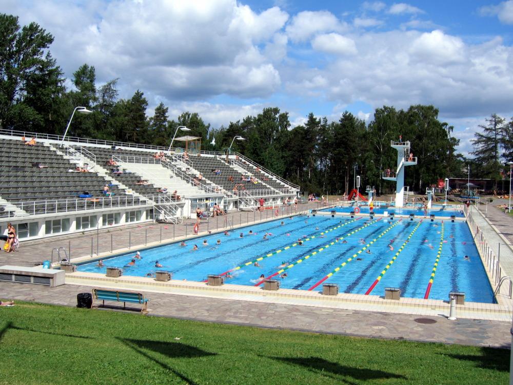 A piscina de Helsinque fica numa área verde e aberta ao público - Foto: J-P Kärnä