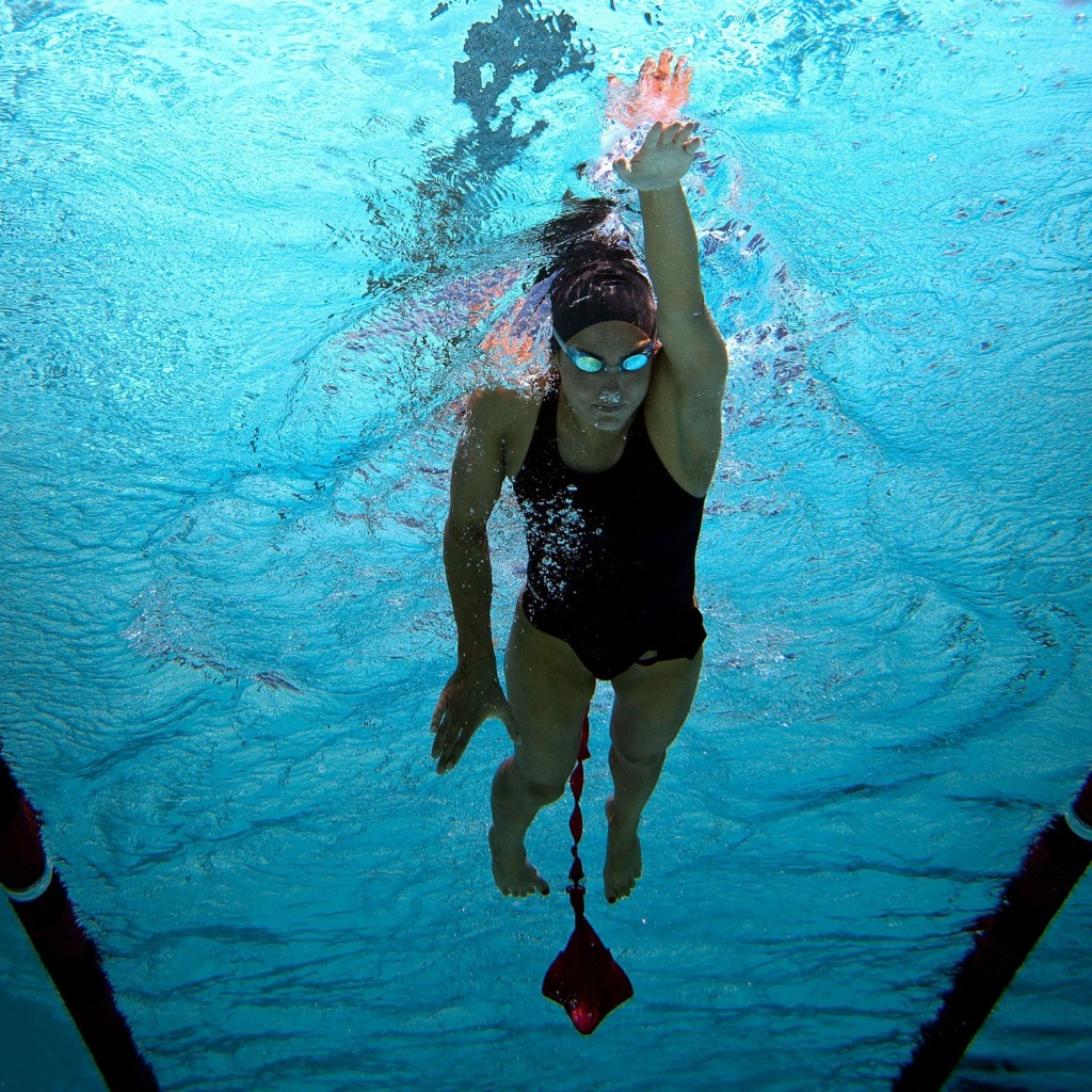 Paraquedas, acessório essencial para ganho de força - Foto: Finis Swimming