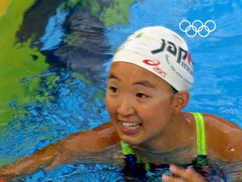 Sem óculos, de maiô simples, e tamanho infantil: Kyoko Iwasaki foi campeã olímpica aos 14 anos - Foto: Reprodução YouTube