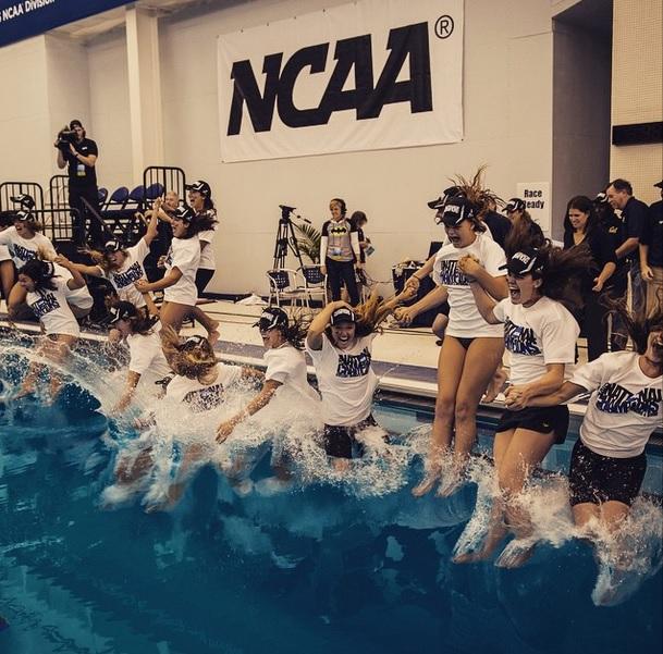 Atletas da Cal pulam na piscina para celebrar o título: um time - Foto: Reprodução Instagram