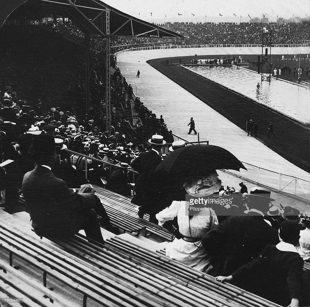 Público acompanha as provas de natação em 1908 - Foto: Getty Images