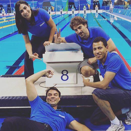 A equipe Swim Channel posa na raia 8 antes de Chierighini nadar a final dos 100m livre
