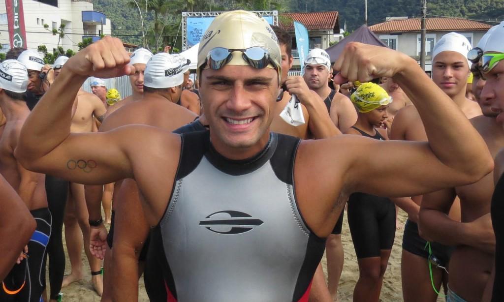 Leo de Deus veste o wet suit Long John cavado disponível na loja Mormaii - Foto: Arquivo pessoal do atleta