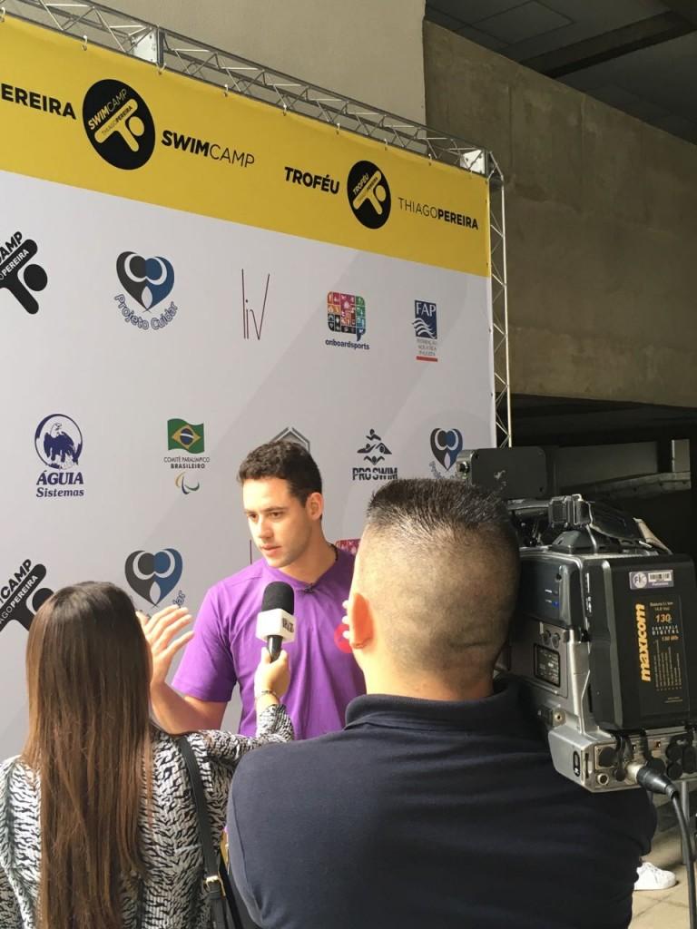 Thiago concede entrevista para a imprensa – Foto: Patrick Winkler/Swim Channel