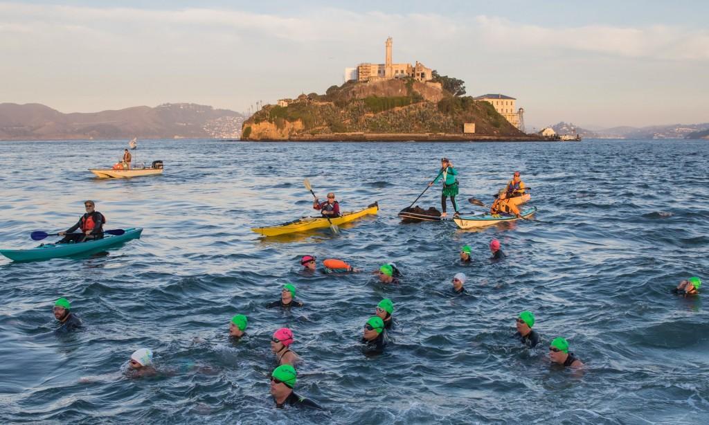 Grupo de nadadores durante a travessia – Foto Vivek Khanzode