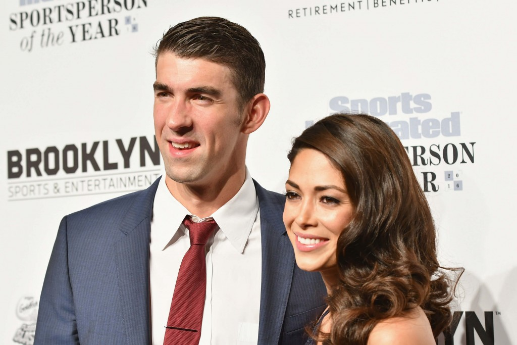 Phelps e Nicole posam para foto em evento – Foto: Bryan Bedder/Getty Images