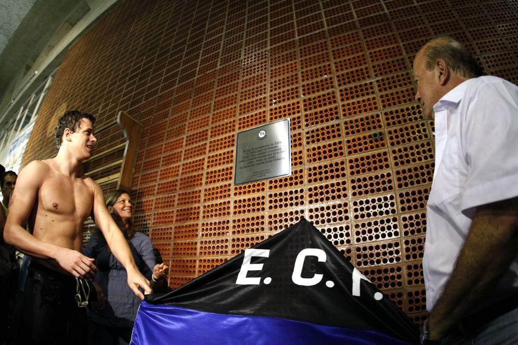 Cielo recebeu uma placa ao bater o recorde mundial em 2009 – Foto: Satiro Sodre/SSPress
