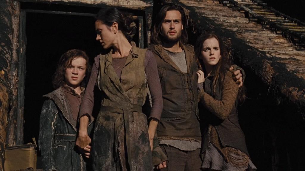 Os filhos de Noé, Jafé e Sem, observam na frente da arca ao lado de sua mãe, Naameh, e de Ila. Que é Emma Watson, claro