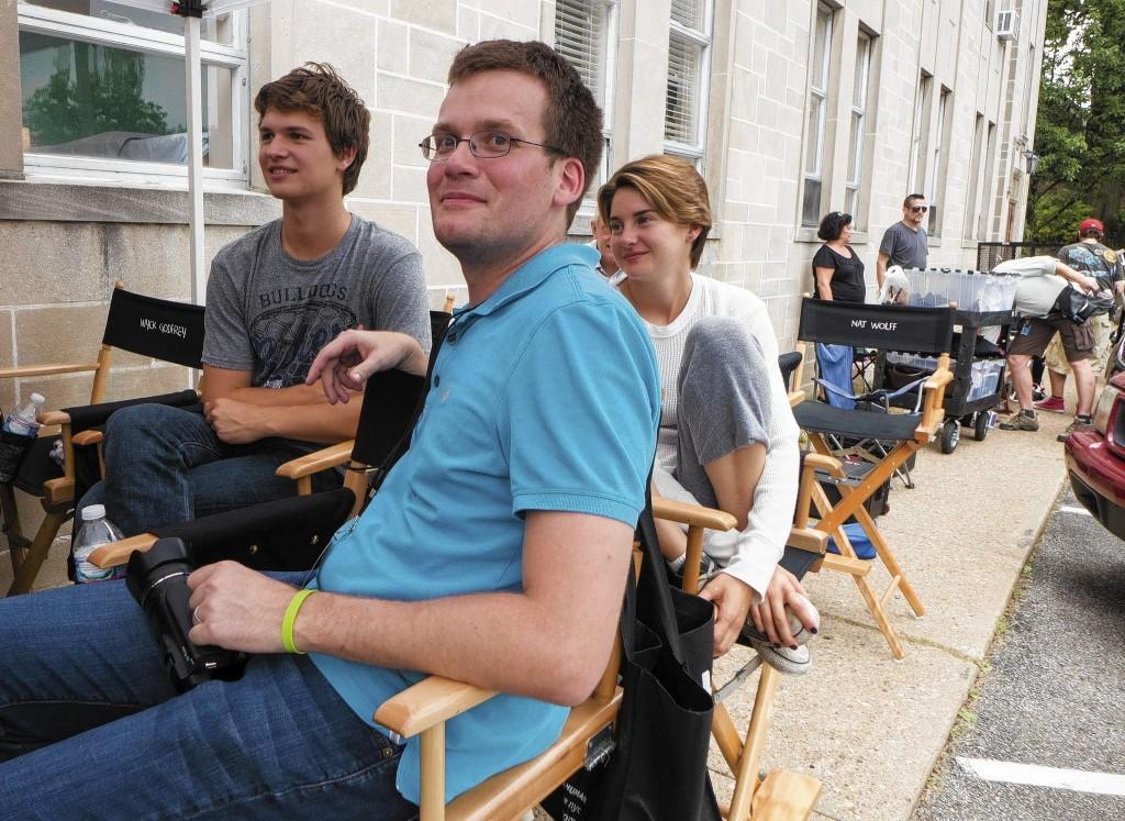 Shailene Woodley e Ansel Elgort com o autor John Green no set de A Culpa É das Estrelas