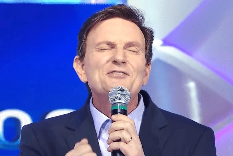 Marcelo Crivella canta no programa do Silvio Santos, em 2015 – Reprodução/Folhapress
