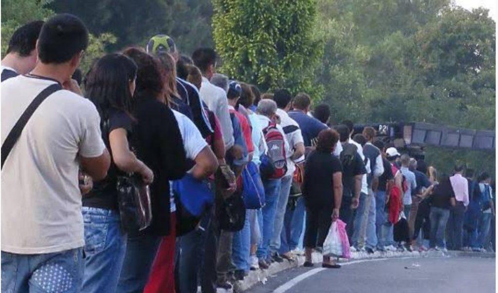 Resultado de imagem para fila no uruguai para comprar maconha