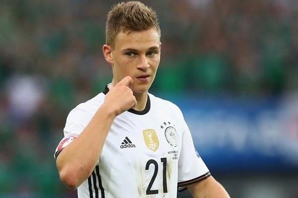 A Alemanha tenta não cometer o erro do Brasil. Não quer se expor e não quer  massacrar fisicamente seus jogadores mais importantes. Neuer 37e31df1566bb