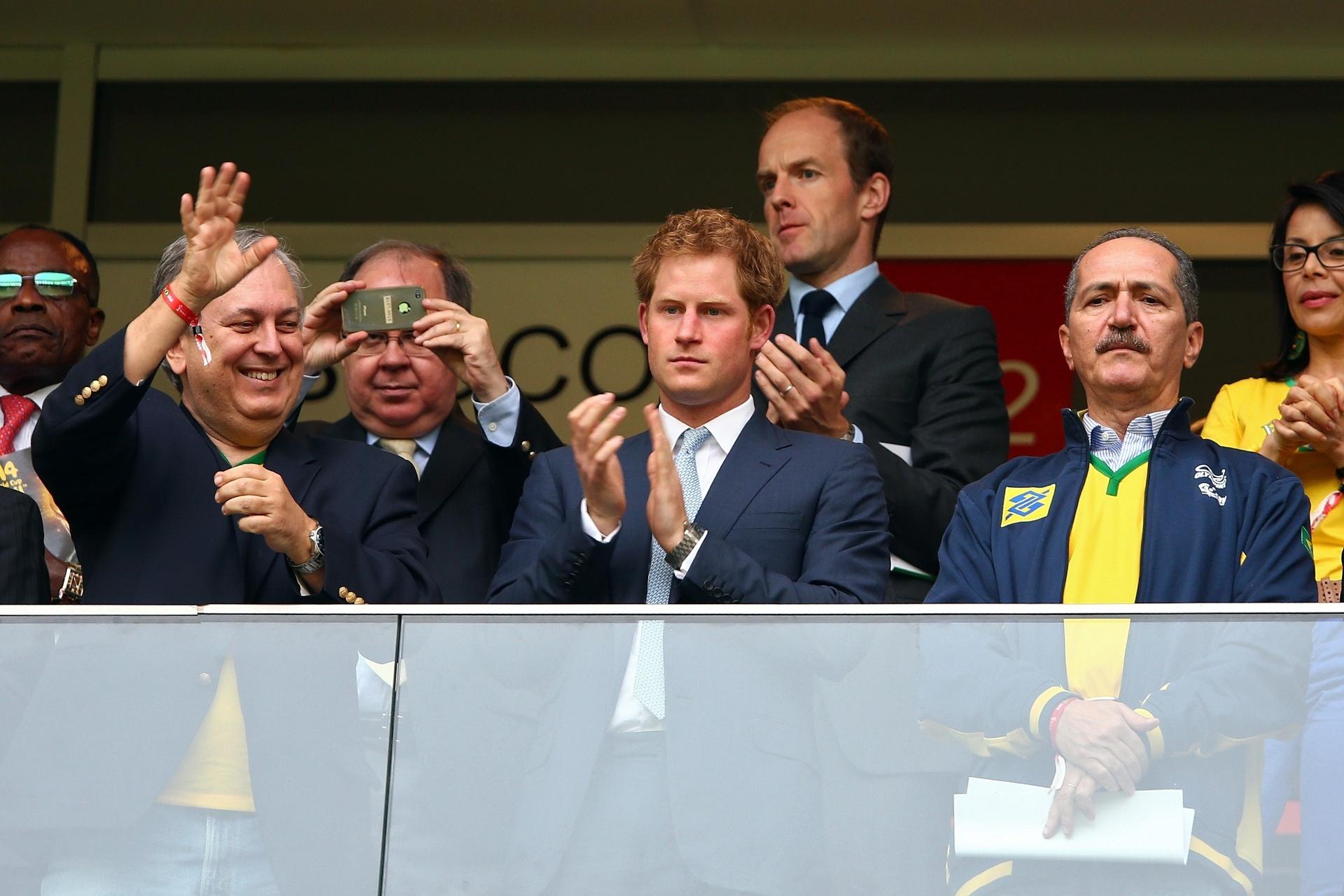 23jun2014---principe-harry-bate-palmas-ao-lado-do-ministro-aldo-rebelo-camarote-do-jogo-brasil-x-camaroes-no-estadio-nacional-em-brasilia-1403556392710_1920x1280
