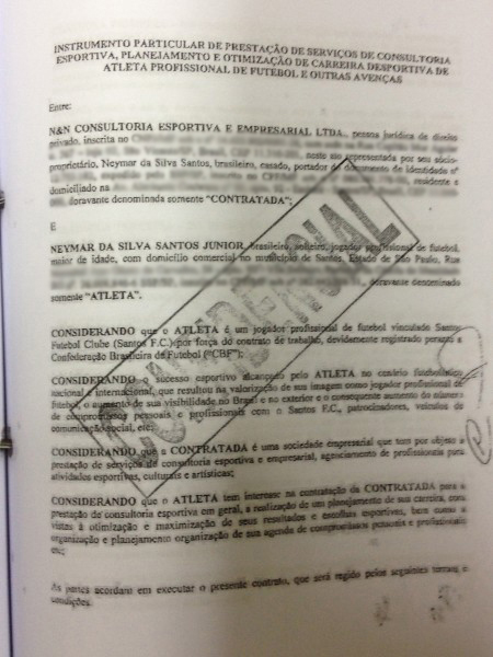 Capa do primeiro contrato assinado entre Neymar e a empresa N&N, pertencente aos seus pais. Documento lhe dava direito a gerir carreira do atleta