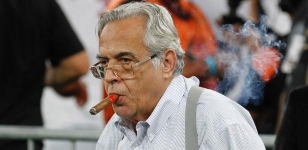 o-presidente-do-vasco-eurico-miranda-roubou-todas-as-atencoes-na-cerimonia-de-premiacao-do-titulo-carioca-com-um-charuto-na-boca-1430704093527_615x300