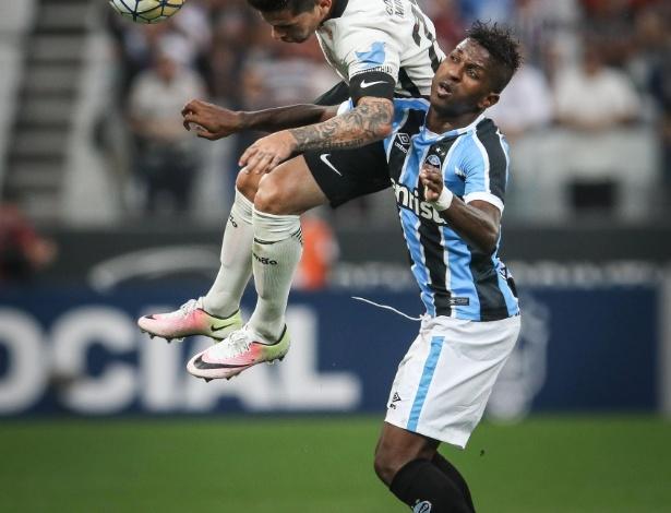 No jogo Corinthians x Grêmio, placa CBF Social (ao fundo) é exibida ao redor do campo (Crédito: Ricardo Nogueira/Folhapress)