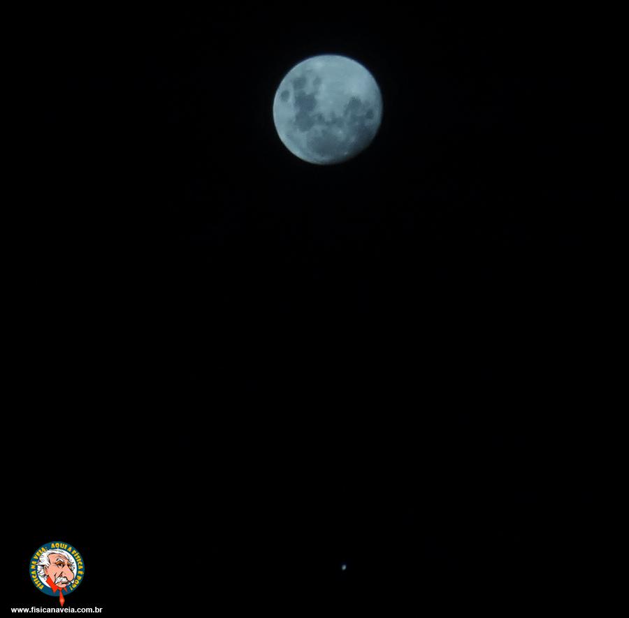 A Lua Crescente (quase Cheia e o planeta Júpiter mais abaixo