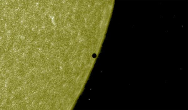 """Mercúrio """"toca"""" a borda do Sol e o fenômeno vai acabando (AIA1600/SDO)"""