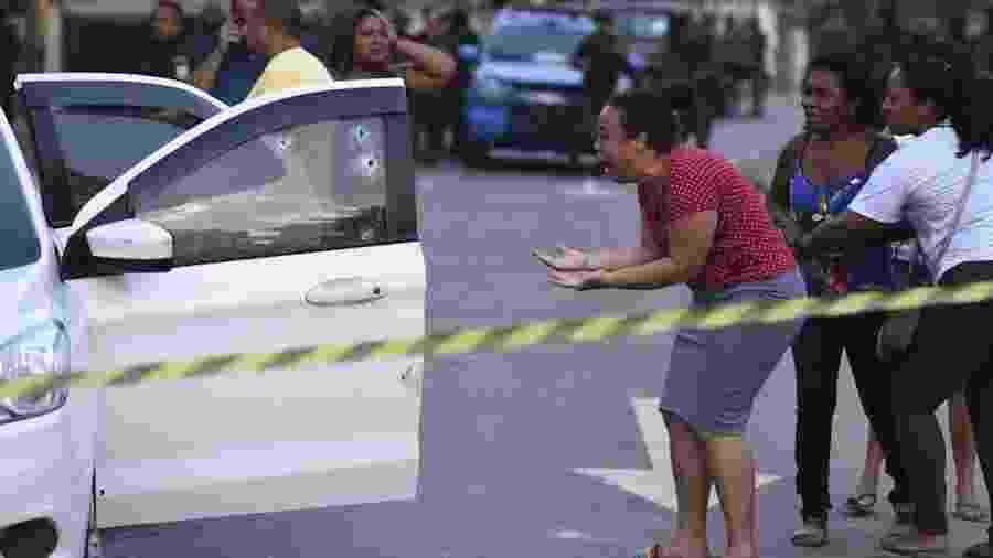 Parente de Evaldo chora diante de carro metralhado por militares - Foto: Fabio Teixeira/AP