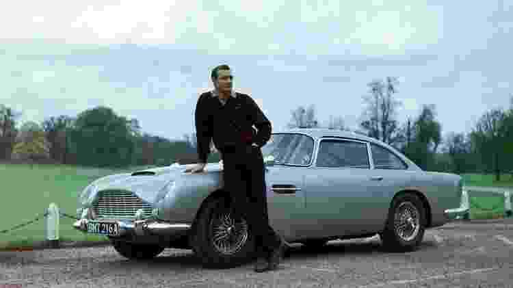 Sean Connery, intérprete de um dos James Bond, ao lado de um Aston Martin DB5  - Divulgação