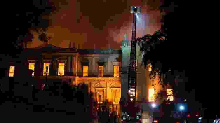 2set2018---bombeiros-trabalham-em-incendio-de-grandes-proporcoes-no-museu-nacional-localizado-quinta-da-boa-vista-bairro-de-sao-cristovao-na-zona-norte-do-rio-de-janeiro-1535936565236_956x500 -  -