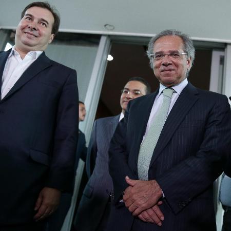 Rodrigo Maia (esq.) e Paulo Guedes após reunião sobre reforma da Previdência, em fevereiro - false