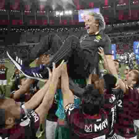 Jorge Jesus é festejado pelos jogadores -
