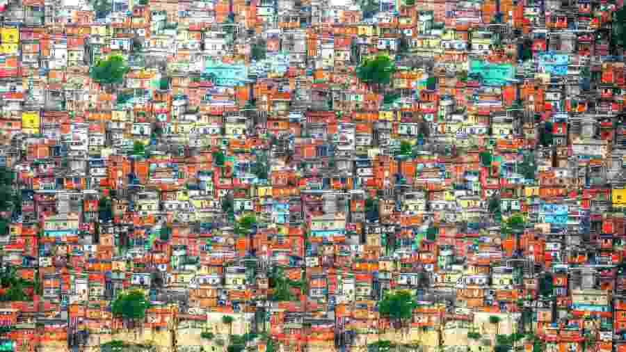 População brasileira vivendo em favelas diminuiu proporcionalmente em 20 anos, na contramão da África -