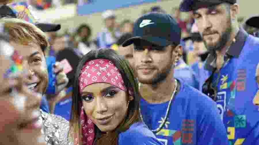 """Anitta foi flagrada aos beijos com Neymar na Sapucaí e Bruna Marquezine soube do """"encontro"""" -"""