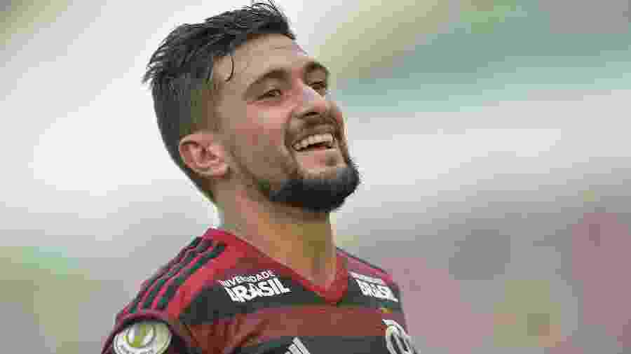 Meia está no Flamengo desde o início do ano, mas Cruzeiro segue com pendências com o Defensor, ex-clube do uruguaio -