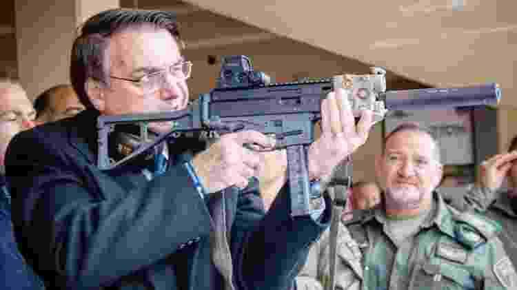 Bolsonaro segura arma durante visita a Israel em abril - Reprodução/Instagram