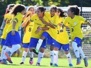 c31c16ba95 Com mudanças no time e gol de Marta