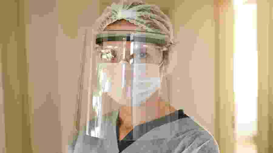 Olhos dos profissionais de saúde são o contato com o mundo exterior para pacientes internados com covid -