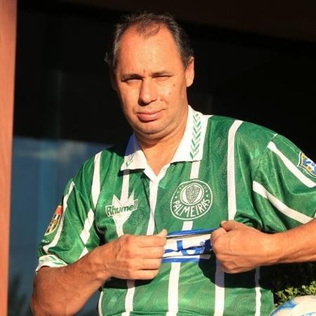 Evair exibe a camisa do Palmeiras na comemoração do 20º aniversário do título paulista de 1993 - Robson Ventura/Folhapress