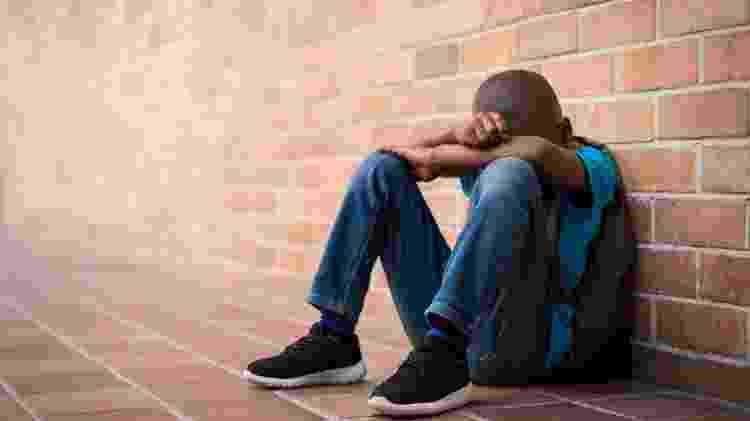 criança triste; escola; bullying; depressão; - iStock - iStock
