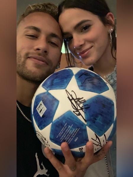 Em foto de 2018, Neymar e Bruna seguram uma bola de futebol (objeto causador da discórdia hoje) - reprodução/Instagram