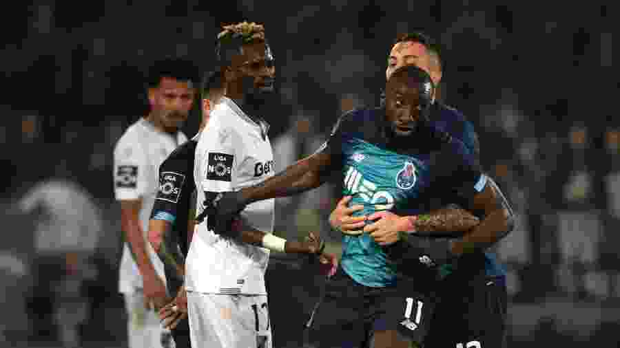 O malinês Moussa Marega, do Porto, foi alvo de insultos racistas durante um jogo em Portugal, mas sua revolta foi contida -