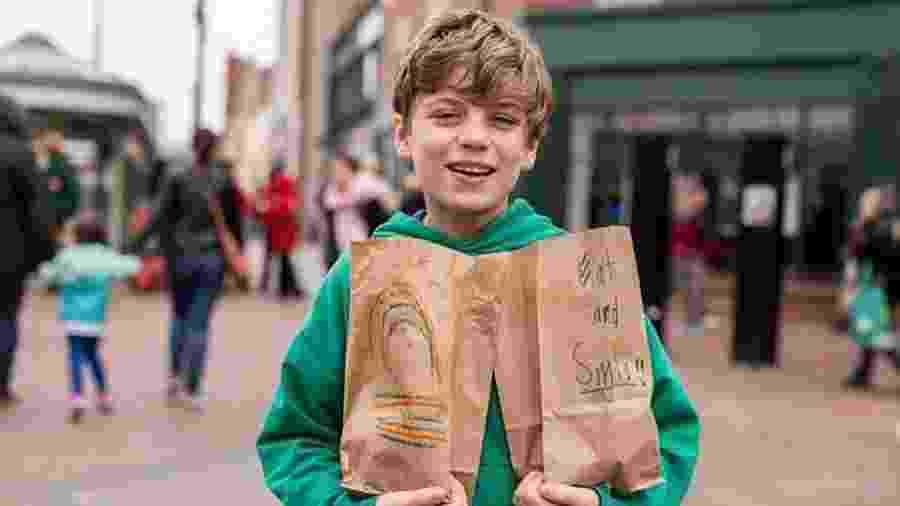 Liam Hannon distribuindo almoços em Cambridge - Reprodução/Facebook