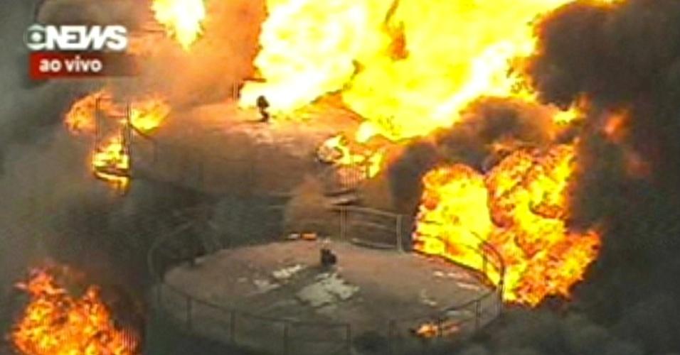 23.mai.2013 - Incêndio destrói depósito de combustível em Duque de Caxias, no Rio de Janeiro