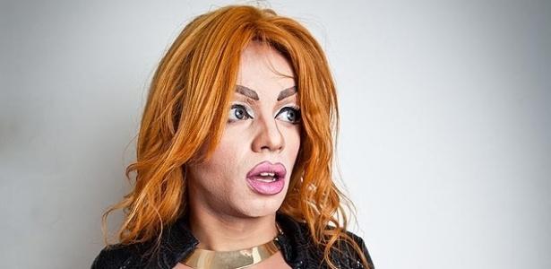 27.mai.2013 - A travesti Amanda Sparks, que pretende esconder dinheiro e celular na Parada Gay de São Paulo