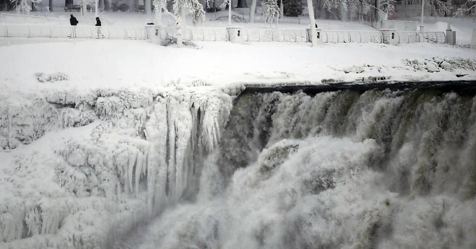 9.jan.2014 - As águas das Cataratas do Niágara, vistas da margem de Ontário, na fronteira do Canadá com os EUA, aparecem congeladas, nesta quinta-feira. O local é um dos mais conhecidos cartões postais da região. O ar congelante e o vórtex polar que afetaram cerca de 240 milhões de pessoas nos Estados Unidos e no sul do Canadá vão se dissipar na segunda metade desta semana, iniciando um longo degelo previsto para janeiro, de acordo com previsões meteorológicas